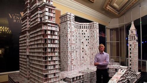 小伙用21万张扑克牌打造著名建筑,被质疑用胶水,一气之下推到