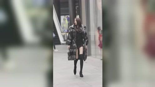 美女都是这么搭配衣服的吗?里面超短裙,外面大棉袄