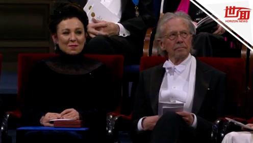 诺贝尔颁奖仪式现场: 两届诺贝尔文学奖得主并排坐 一起领奖