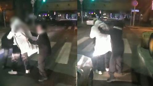 长春一男子因醉酒口吐脏话被司机拒载,当街暴打出租车司机