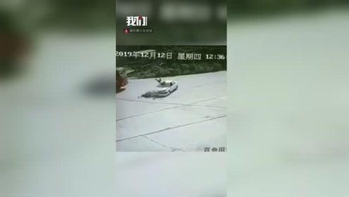 监拍小车撞上电动车 骑车男子凌空翻滚后掉落车顶