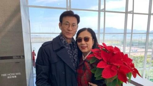 72岁郑少秋汪明荃机场合影 张无忌与赵敏仍然充满CP感