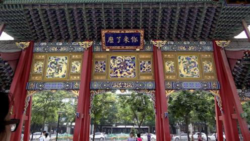 外地游客游览西安城隍庙,看到牌坊后面这4个字,忍不住笑出声来