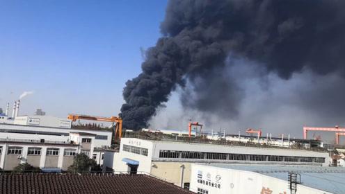 突发!上海一粮油仓库发生火灾,现场黑烟冲天,10辆消防车紧急出动