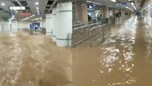 厦门吕厝路面塌陷,地铁站内被水淹没,列车从黄泥水中穿行
