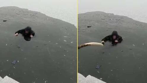 滑冰老人掉入未冻实冰面,冬泳市民拿杆施救