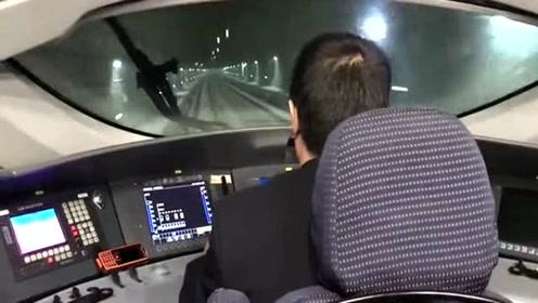 司机在慢慢加速,享受着推背感