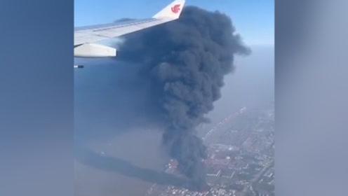飞机视角!上海浦东粮油仓库火灾,浓烟高达飞机高度