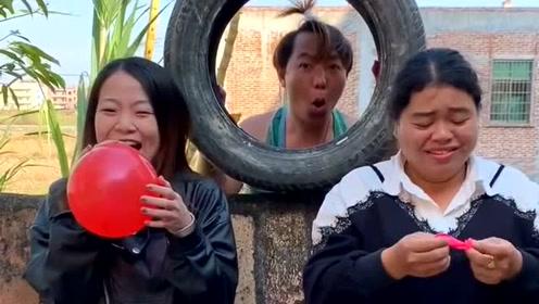 小伙子躲在后面戳破小气球,还让两个美女产生误会