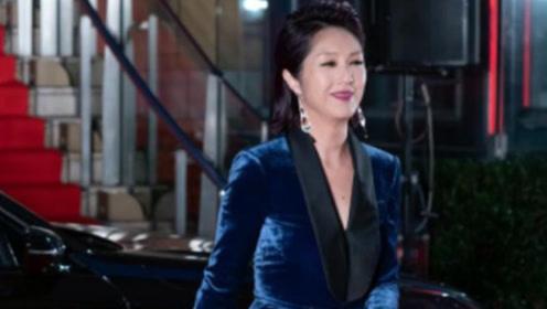 杨千嬅把头发梳成背头,一身深蓝色丝绒套装,是真有大姐大的气质
