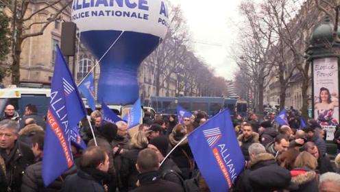 实拍法国抗议养老金改革 连警察也加入了罢工抗议大潮!