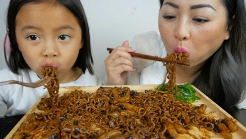 吃货母女享用炸酱面,两人有说有笑