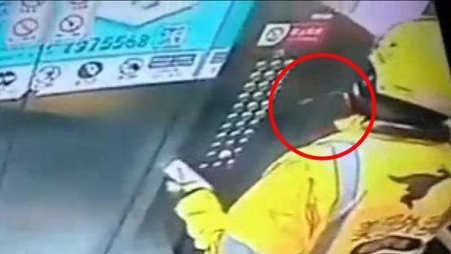 外卖员对电梯按键疯狂吐口水 监控拍下匪夷所思瞬间