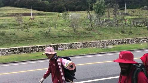 西藏旅游实拍,看到川藏线的徒步旅行者,真的令人肃然起敬