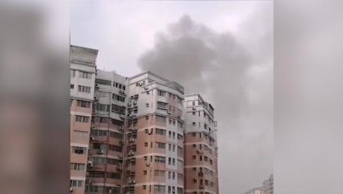 广州一小区房屋突然起火,大量浓烟涌出,宝妈救娃心切微信群求救