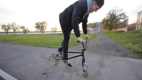 老外把自行车轮胎拆掉,换做两条巨大的弹簧,这是要上天吗