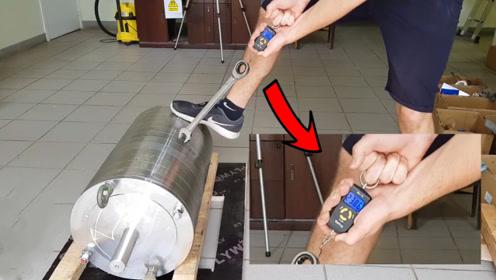 一块1300斤的钕磁铁有多强?老外亲测,结果让人目瞪口呆!