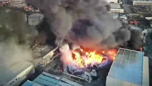 上海浦东一粮油公司起火 现场浓烟滚滚