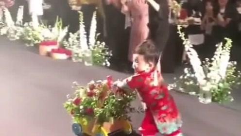 孩子见证了爸妈的婚礼,小孩前面走父母手牵手在后面走,我承认我羡慕了!