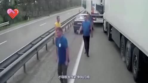 小轿车男子恶意挑衅大货车!瞬间引发众怒!下一秒跪地求饶