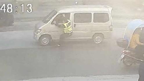 猖狂!湖北一男子驾车冲卡拖行民警600米:致其身上多处擦伤