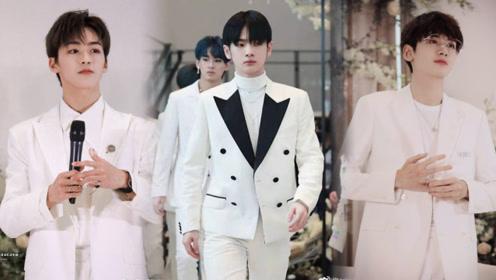 R1SE重庆掀浪漫风暴,白色西装集体亮相,签售会似唯美婚礼现场