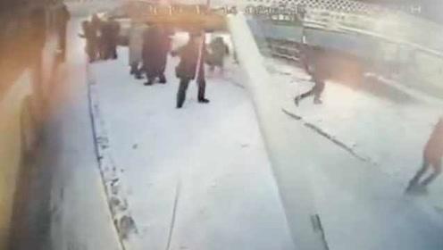 哈尔滨一公交车雪天失控撞倒灯杆,路边老人被砸中身亡