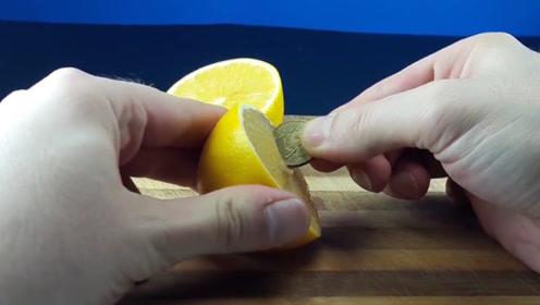 小伙把硬币放在柠檬里,测试柠檬酸性到底多强?网友:不输给硫酸