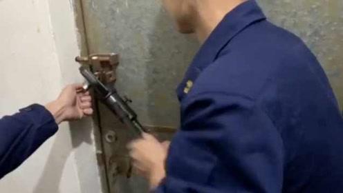 哥哥不带弟弟去酒吧被反锁厕所,消防破门救人