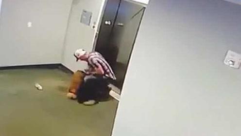 小狗未走入时电梯就关门上升,男子飞速解开牵狗绳