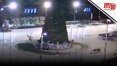 俄司机深夜绕巨大圣诞树玩漂移 下一秒悲剧了