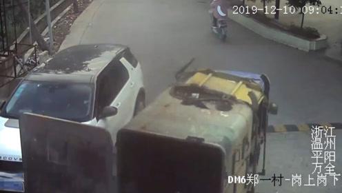 """越野路虎车当街被""""打脸"""" 司机无奈""""目送""""肇事车"""