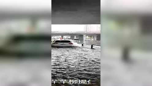 司机着急冲进大水