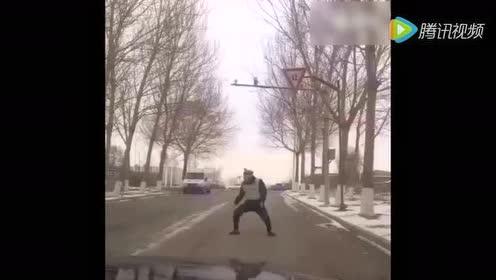 """""""交警""""马路跳大神,司机懵了"""