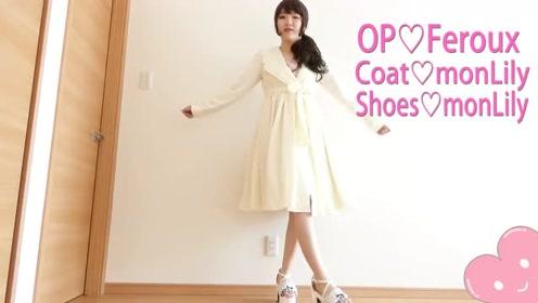 粉色印花裙外搭白色可爱风衣 满满的少女风!