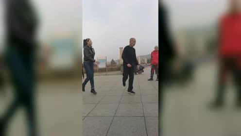 60多岁老大爷pk20岁姑娘广场舞,这舞步,这体能没谁了