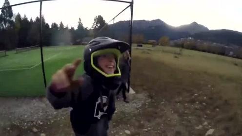 超励志!小男孩骑山地车空翻多次失败永不放弃  获网友大赞