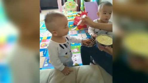 妈妈喂双胞胎兄弟吃饭,弟弟说别喂哥哥,全给我吃了吧