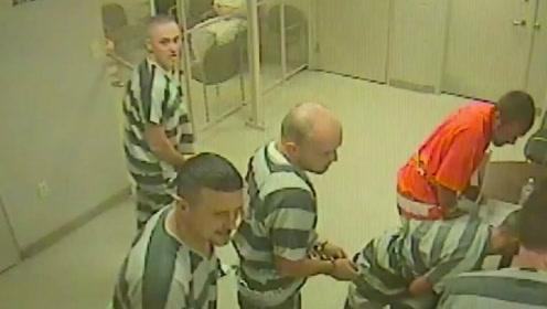 德州狱警心脏病突发倒下 囚犯呼救没有趁乱逃走
