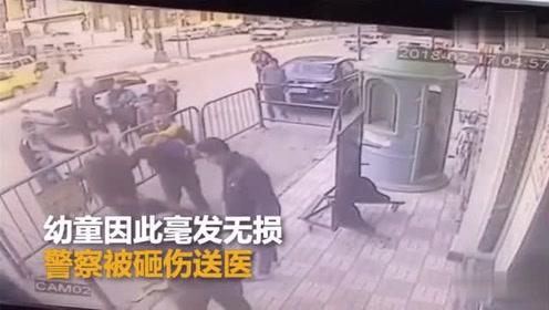 埃及5岁男童从3楼坠下 警察一把接住帮其脱险