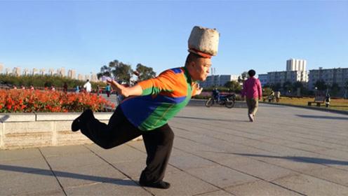 大叔头顶40公斤水泥墩 三年坚持锻炼已减肥60斤