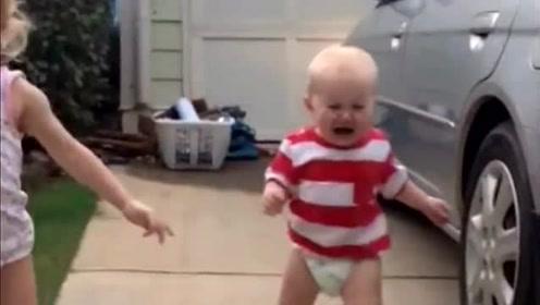 爆笑!车子的警报响还是宝宝的嗓门大?