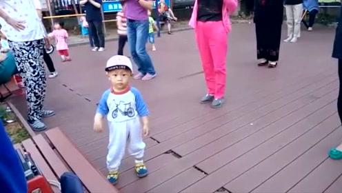 1岁多的小屁孩看大妈跳广场舞也忍不起了