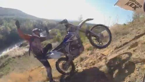 摩托车疯狂冲刺土山坡,到坡顶人飞起来,车悬在半空中