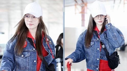 李小璐一身红衣现身机场大方任拍,手戴戒指暗示与贾乃亮和好?