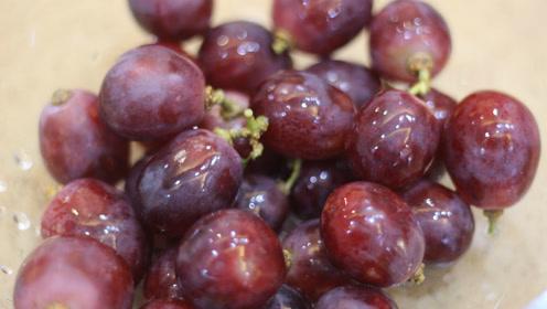 洗葡萄别只会用盐水泡,这才是正确做法,搅一搅脏东西全洗出来了