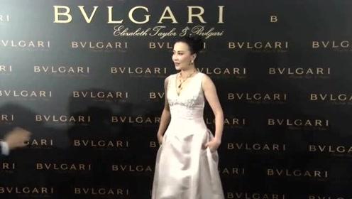 刘嘉玲与男性好友逛街购物 53岁的她专挑红黑靓裙