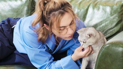 我们让穿破次元壁的美少年周锐撸猫是种怎样的体验?