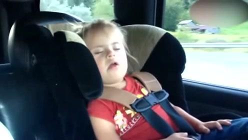 睡熟的小萝莉听见妈妈放出最喜欢的音乐,秒醒就自己跳起来了!