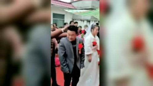 婚礼上,新娘被闹的生气,当众发火哭泣!